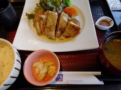 150729大戸屋モレラ岐阜店②、鶏の青柚子こしょう炭火焼き定食 (コピー).JPG