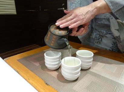 150916和のワンランクアップセミナー17、女将流お煎茶の淹れ方(急須の向き) (コピー).JPG
